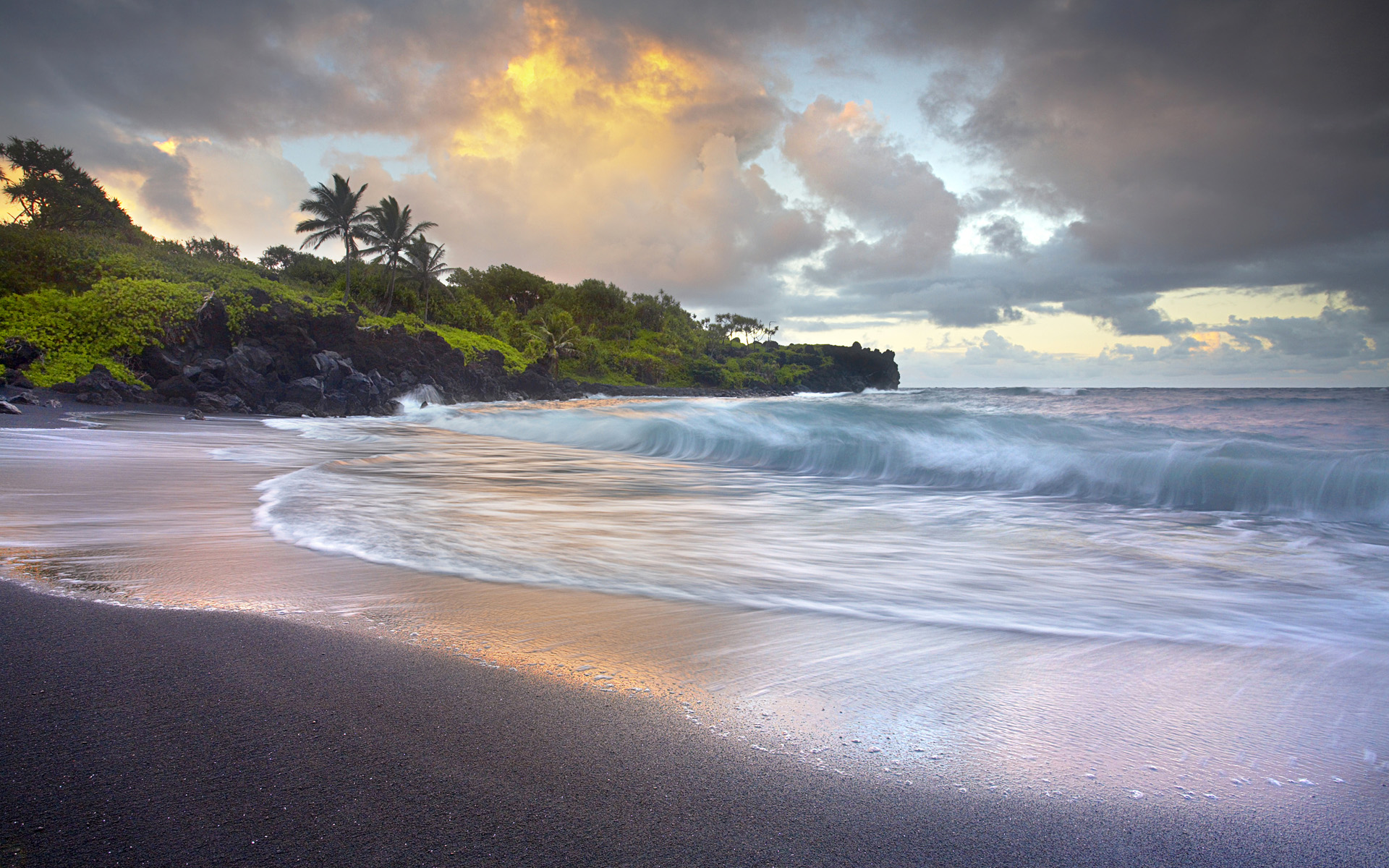 Waves crashing onto wai anapanapa black sand beach h na Black sand beach hawaii