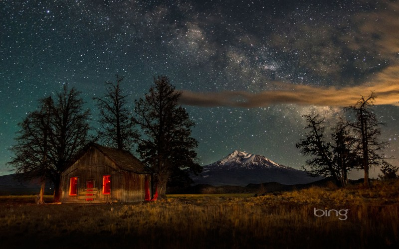 mount shasta at night with the milky way above