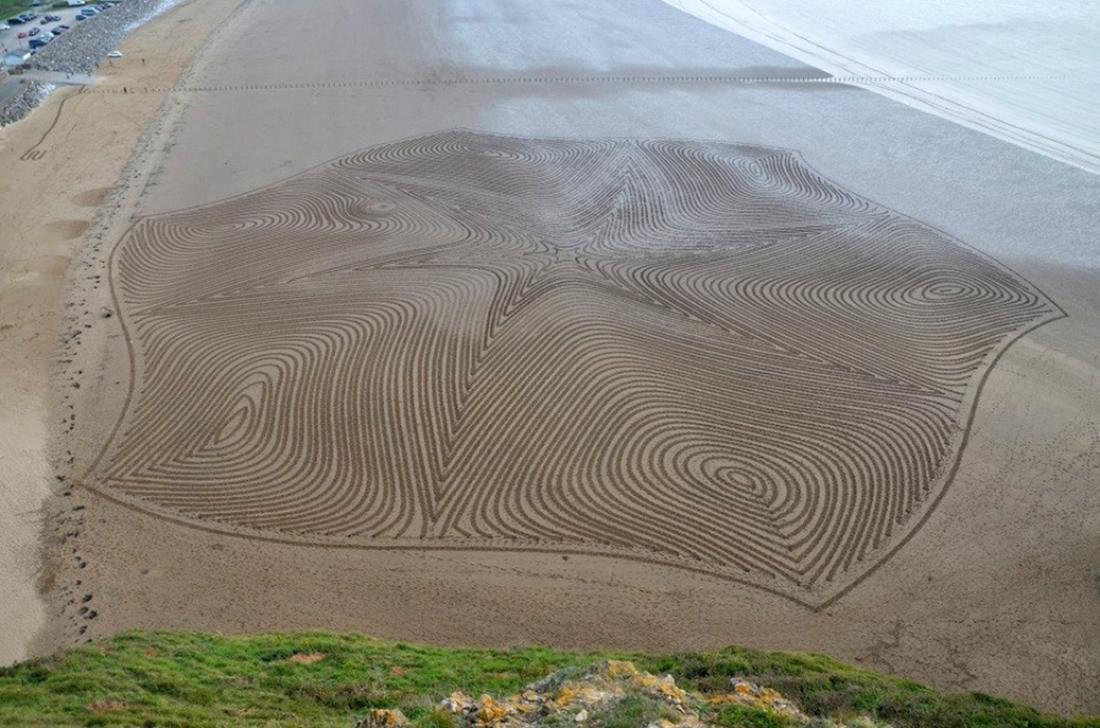 Beach sand art by Simon Beck