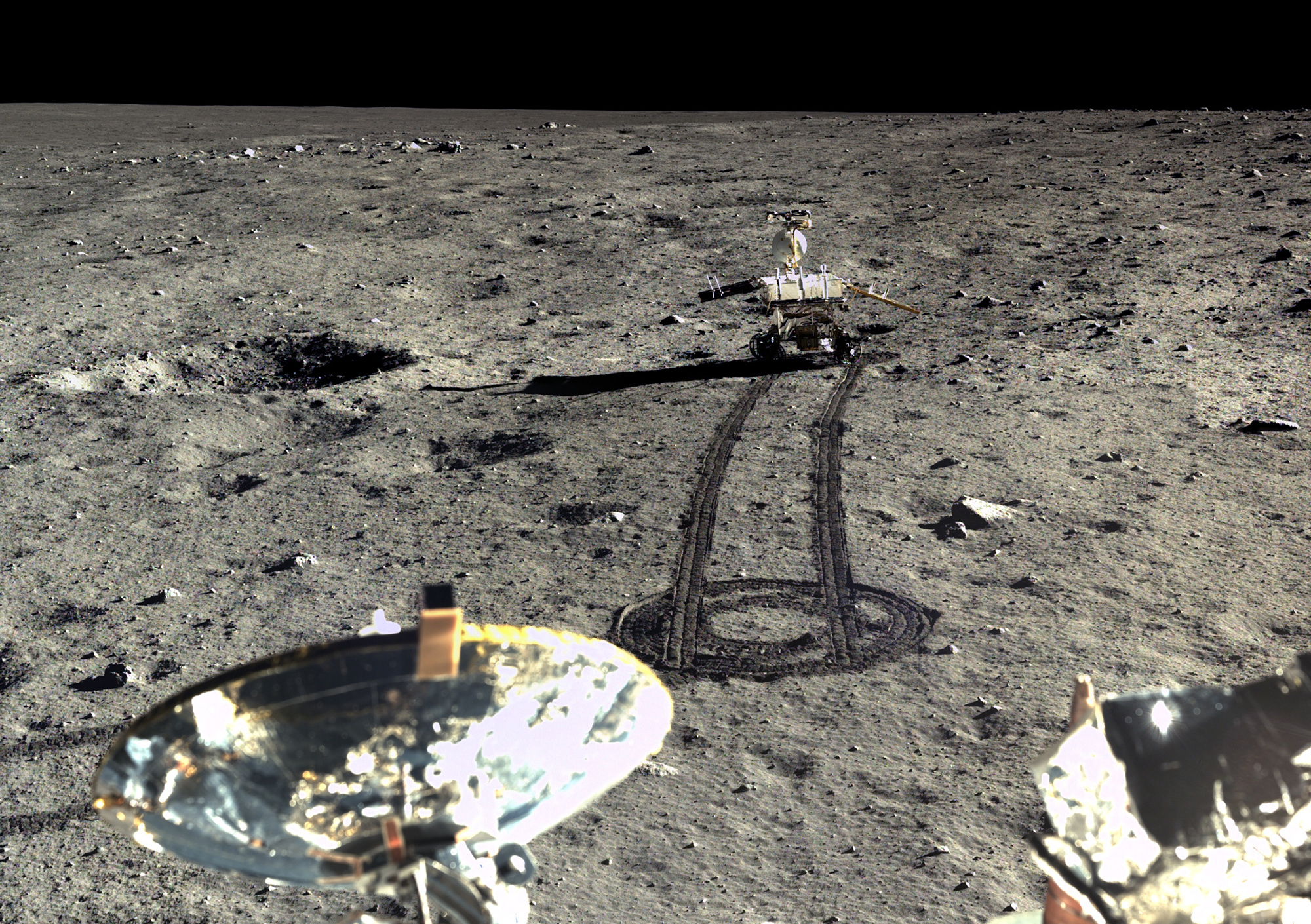 Rover Yutu driving off lander Chang'e 3